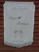 Izšūts kāzu karogs